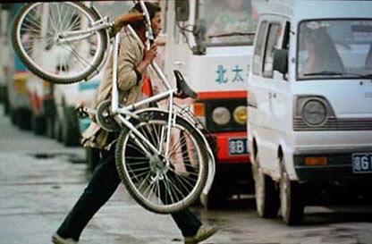 China: daripada pasaran basikal terbesar di dunia, kepada pasaran kereta terbesar di dunia. Apabila China memotong subsidi pada Jun 2008, harga minyak dunia serta-merta menjunam USD5 setong. (Gambar daripada 43bikes.com)