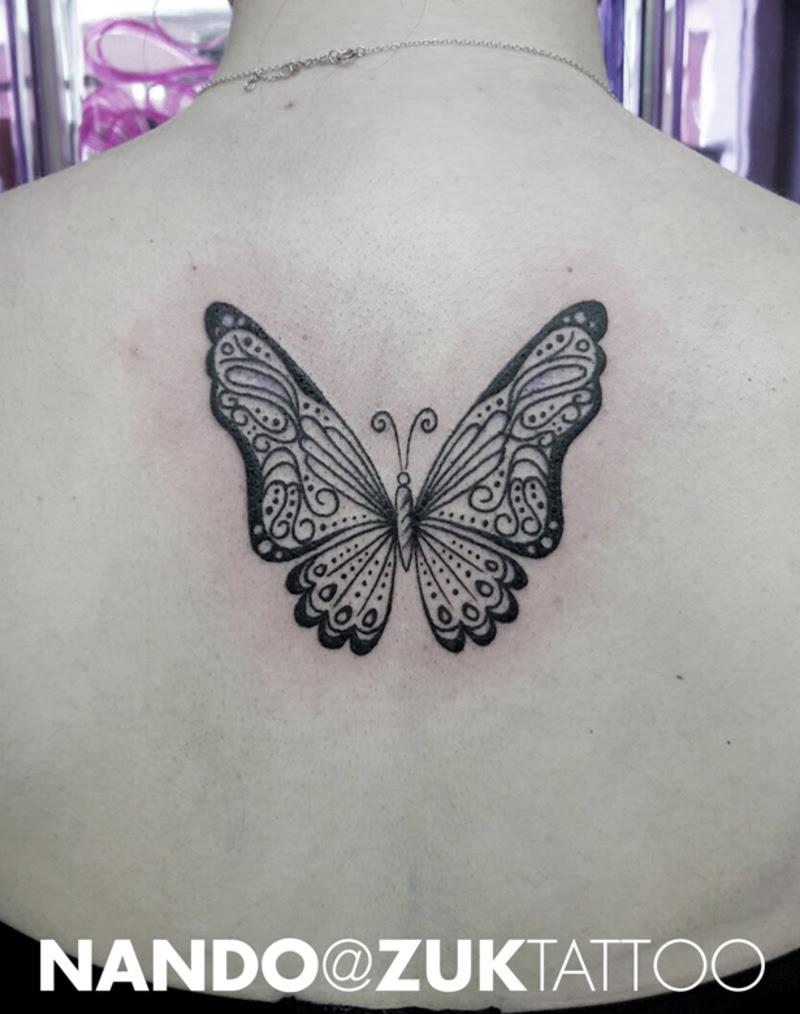 Tatuaje De Una Mariposa En La Espalda