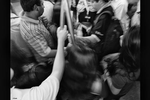 A esa hora el metro es un caos... by Alejandro Bonilla