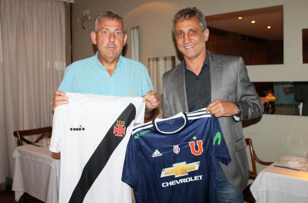 Carlos Heller, presidente da La U, e Alexandre Campello, presidente do Vasco, trocaram camisas durante o jantar
