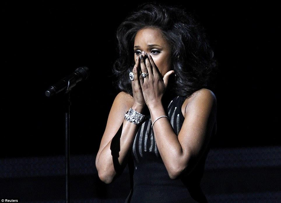 """Momento de emoção: Jennifer Hudson reage no palco após a realização de sucesso de Whitney Houston """"I Will Always Love You 'hoje à noite no Grammys"""