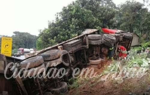 Nova Laranjeiras - Caminhão com placas do município sofre acidente próximo a Paranaguá