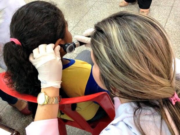 Aluna de 6 anos, participa da triagem adutiva realizada na Escola de Ensino Fundamnetal Pedro Batalha  (Foto: Hosana Morais/G1)