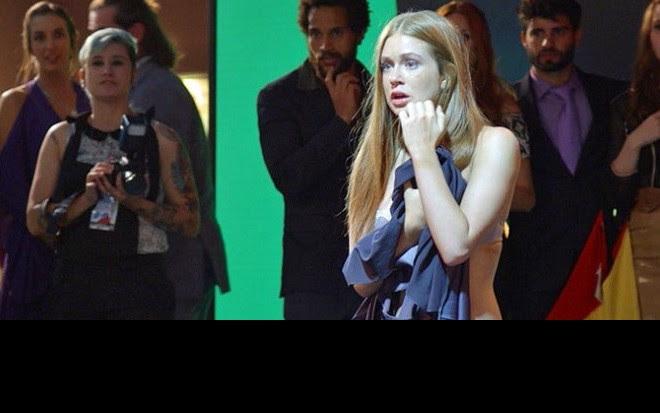 Marina Ruy Barbosa (Eliza) em cena em que fica nua pela primeira vez em Totalmente Demais - Reprodução/TV Globo