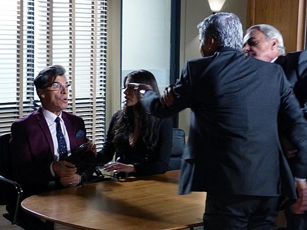 Cláudio parte para cima de Téo e tem que ser contido por advogado (Foto: Gshow)