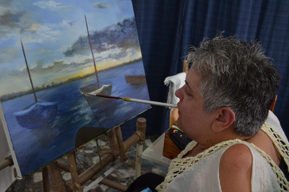 Daniela Caburro pinta quadros com a boca há mais de 20 anos (Foto: Ana Marin/G1)