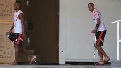 Luiz Antonio e Paulinho, de muletas, no treino do Flamengo nesta quinta-feira