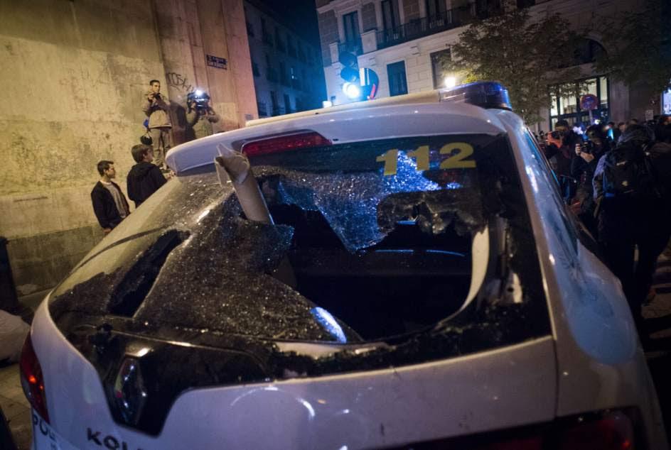 Un coche de la Policía, con la luna destrozada