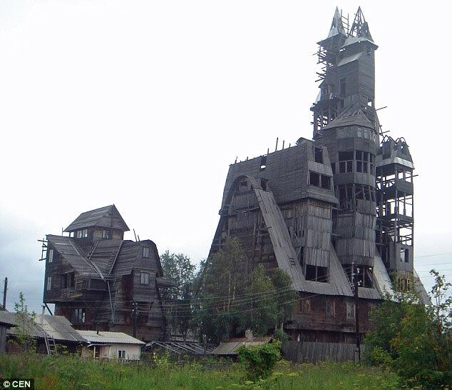 Memaksakan: Bangunan utama, dibangun oleh gangster Nikolai Sutyagin, terbakar setelah api menyebar dari struktur kecil lima lantai (kiri)