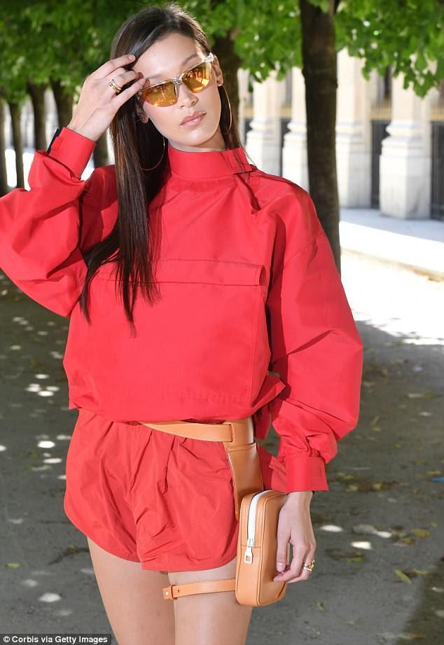 Presente: a supermodelo de 21 anos chamou a atenção em um macacão vermelho vibrante quando se juntou a convidados no evento da Semana de Moda de Paris