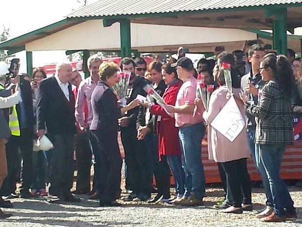 Presidente afastada Dilma Rousseff recebe flores no CNPEM da Unicamp em Campinas (Foto: Renata Victal / G1 Campinas)