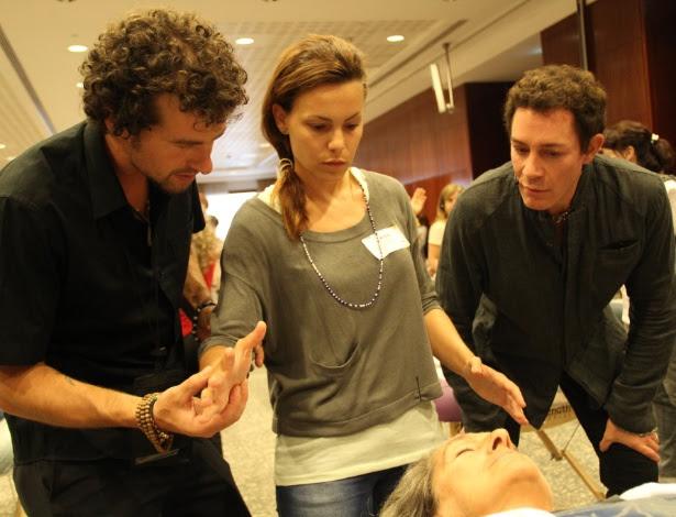O doutor em quiroprática Eric Pearl (à dir.) explica a técnica da Cura Reconectiva a alunos nos EUA