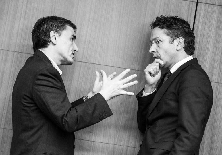 <p>El ministro de Finanzas griego,Euclides Tsakalotos, conversa con el presidente del Eurogrupo,Jeroen Dijsselbloem, durante la reunión de este órgano el pasado 7 de diciembre.</p>