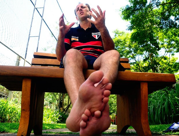 Os pés e as mãos de Rogério Ceni, duas armas mortais (Foto: Marcos Ribolli / Globoesporte.com)