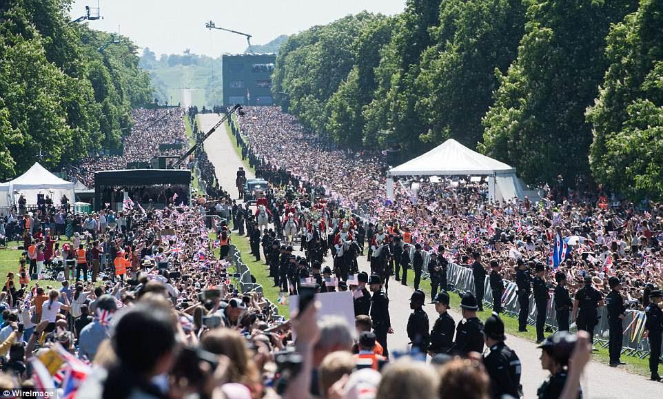 Las multitudes tenían una profundidad de diez o más en temperaturas de 70f [21C] y sol brillante de primavera.
