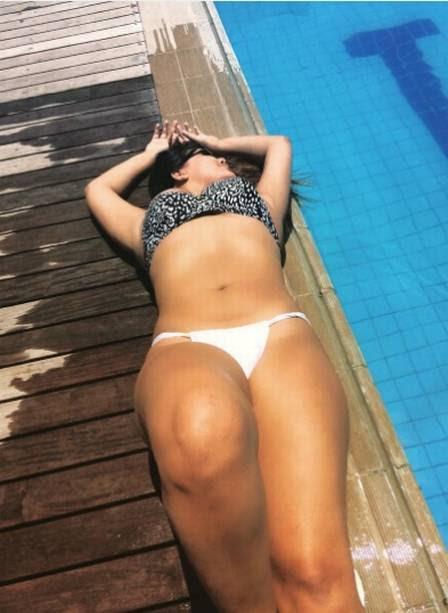 Sabrina posa durante banho de sol