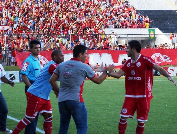 Régis comemora primeiro gol do América-RN com técnico Leandro Sena (Foto: Augusto Gomes)