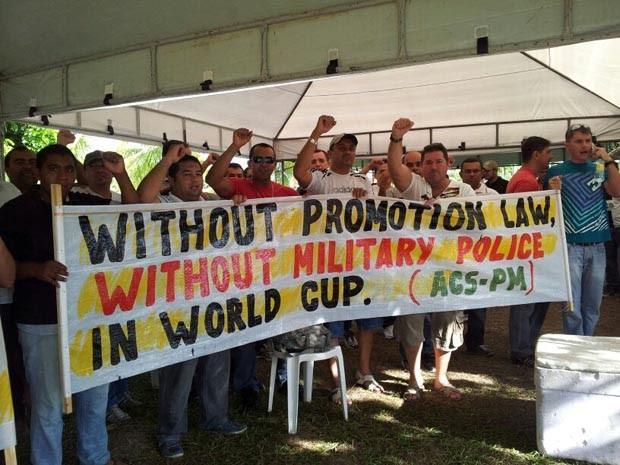 Com faixas em mãos, PMs do RN dizem que se não houver promoção dos praças não haverá policiamento na Copa (Foto: Sérgio Costa)
