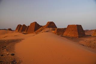 Piramidy w Meroe w Sudanie