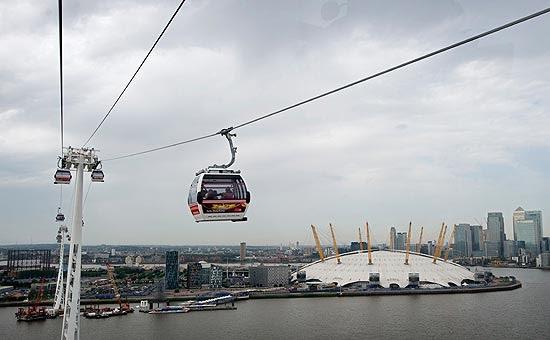 Teleférico cruza o rio Tâmisa próximo à O2 Arena, em Greenwich