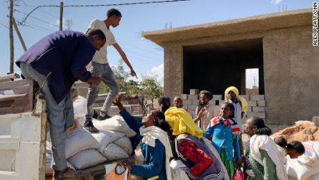 USAID distribuye suministros a los residentes de la ciudad de Hawzen, en el centro de Tigray, que no habían recibido la ayuda que tanto necesitaban durante dos meses.