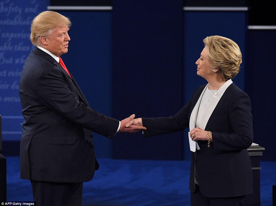 Donald Trump e Hillary Clinton agita as mãos no final do segundo debate presidencial em St Louis, Missouri, no domingo