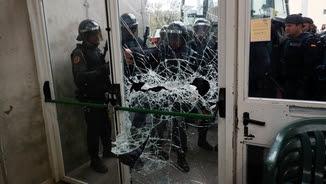 La Guàrdia Civil intenta entrar al col·legi electoral de Sant Julià de Ramis l'1-O (EFE)