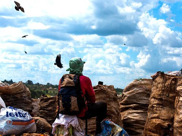Por falta de opção trabalho e escolaridade muitos acabam no lixão, tendo uma renda de aproximadamente R$ 30 por dia. (Foto: Paula Fróes)