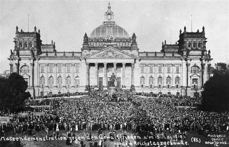 Manifestação em massa em frente ao Reichstag contra o Tratado de Versailles.jpg: Arquivo