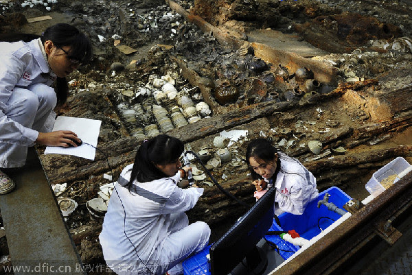 Nanhai One: Removal of silt reveals shipwreck artifacts