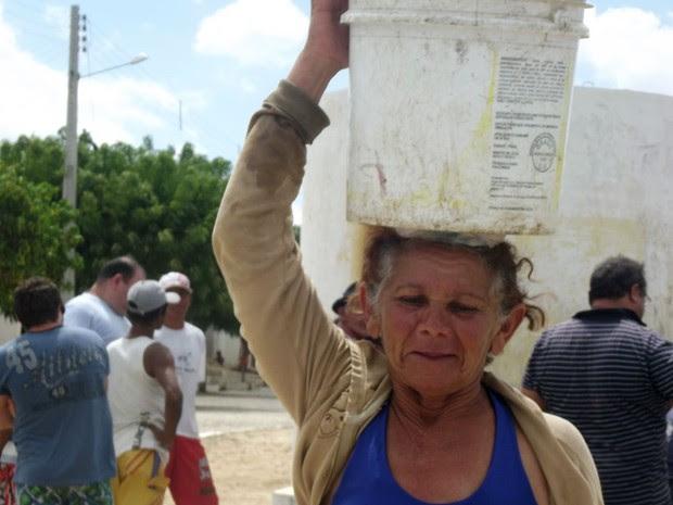 Moradores de Equador, RN, precisam enfrentar filas para conseguir água (Foto: Anderson Barbosa/G1)