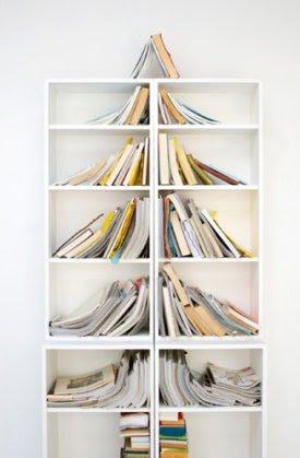 Joulukuusi kirjahyllystä