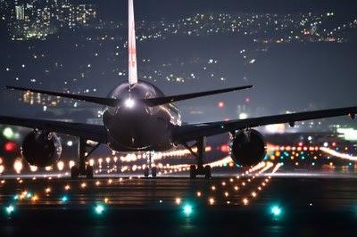 Foto mostra avião em trânsito sobre a pista durante a noite