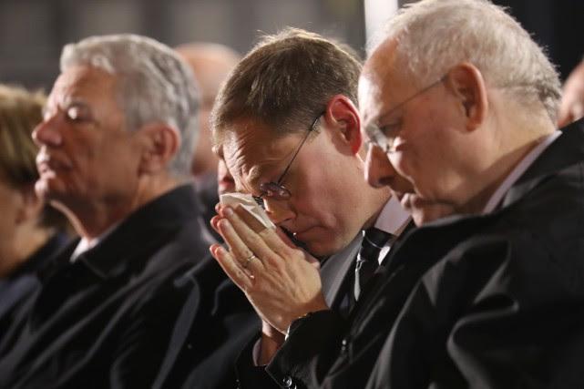 Le maire Michael Mueller (au centre) a déclaré... (Photo Reuters)