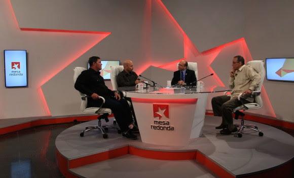 En el estudio de la Mesa Redonda de la Televisión Cubana. Foto: Ismael Francisco/ Cubadebate