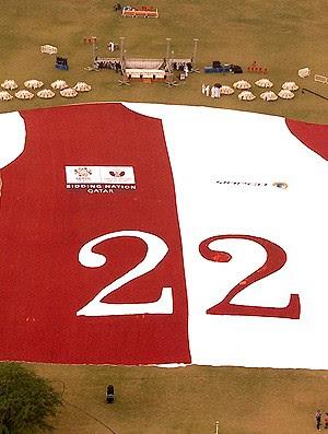 camisa gigante promove a candidatura da copa do mundo Qatar 2022 (Foto: agência Reuters)