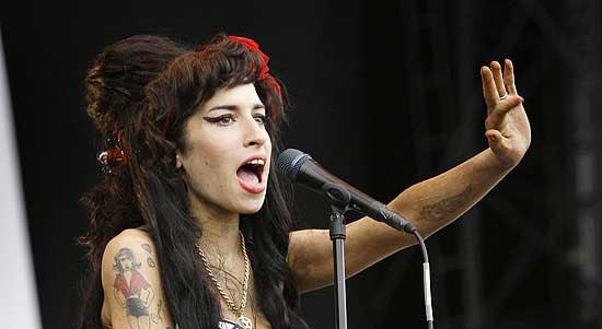 A cantora Amy Winehouse se apresenta na Inglaterra em 2008