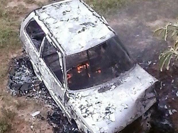 Carro ficou totalmente destruído depois de pegar fogo na MG-1045 em Caxambu, MG (Foto: Marcus Leandro) (Foto: Marcus Leandro)