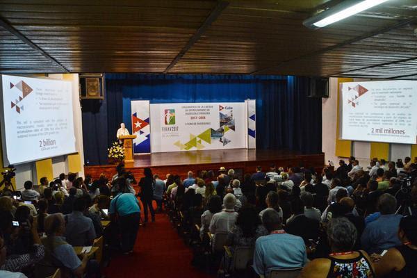 Rodrigo Malmierca (en el podio), ministro de Comercio Exterior y la Inversión Extranjera, interviene en el lanzamiento de la Cartera de Oportunidades de Inversión Extranjera 2017-2018, en la 35 Feria Internacional de La Habana, en el recinto ferial Expocuba, el 31 de octubre de 2017. ACN FOTO/Marcelino VÁZQUEZ HERNÁNDEZ