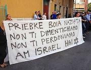 Una protesta sotto la casa di Priebke a Roma nel 2012 (Ansa)
