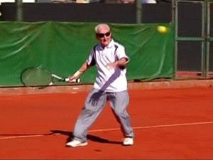 Aos 95 anos, Artin Elmayan joga tênis três vezes por semana (Foto: BBC)