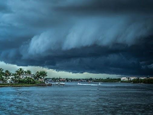 Red Alert For The Pilgrims Of Sabarimala! Cyclone Ochki In Progress...  #Ochki #Sabrimala #SouthIndia...