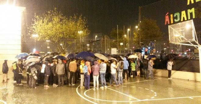 Los Mossos han llegado al colegio Francesc Macià de Barcelona, pero se han ido. Las personas allí concentradas les han dicho que estaban celebrando un torneo de ajedrez.