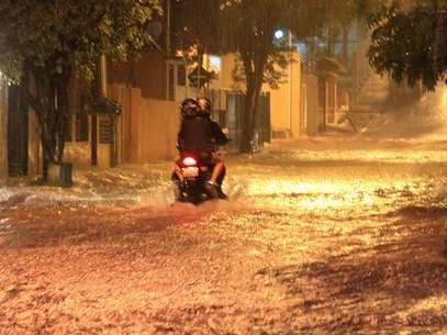 Chuva e alagamento na rua Donato Luongo, zona norte de São Paulo Foto: Willians Queiroz / Futura Press