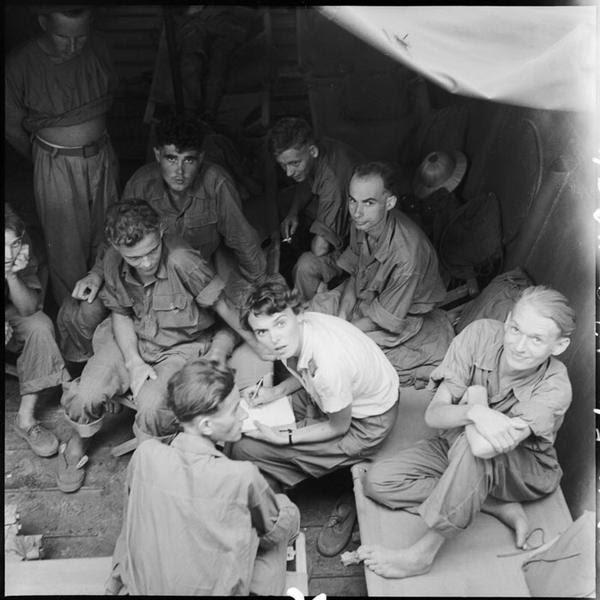 Освобожденные пленные в Ханое вместе с Элиан Жюгон кинооператором Фото Ж Лирон и Ж Люссан