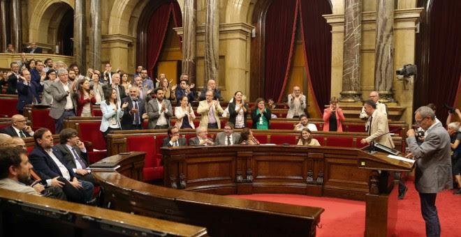 El portavoz de CSQEP, Joan Coscubiela, aplaudido por diputados del PSC,Ciudados y PPC a excepción de algunos diputados de su formación, defiende su posición, en el Pleno del Parlament, tras solicitud de Junts pel Sí y de la Cup de la alteración del orden