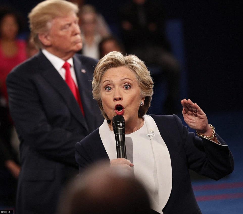 Republicano Donald Trump (L) eo democrata Hillary Clinton (R) durante o segundo debate presidencial na Universidade de Washington