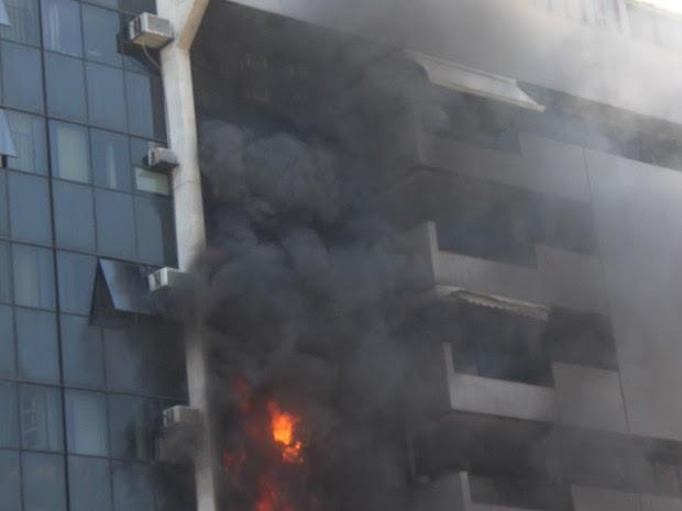 Fogo começou no quarto andar, segundo Corpo de Bombeiros (Foto: Gabriella Mansur/ VC no G1)