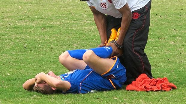 adryan flamengo treino atendimento médico (Foto: Richard Souza / Globoesporte.com)