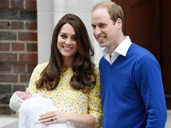 Kate e William  si affacciano dal St. Mary's Hospital. La duchessa è mamma per la seconda volta. E questa è la prima uscita ufficiale della Royal girl (Epa)